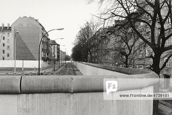 Blick über die Berliner Mauer 1985 mit Wohnblocks auf beiden Seiten,  Berlin,  Deutschland,  Europa