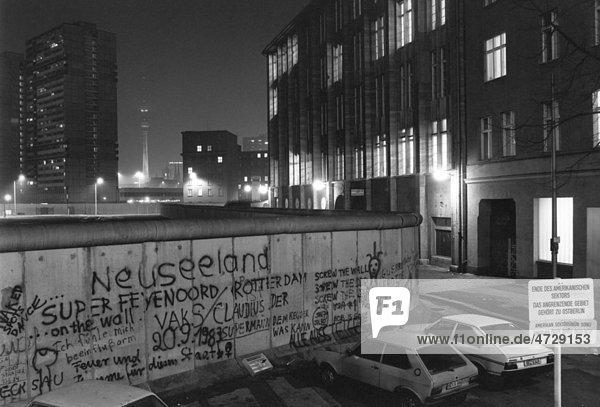 Blick über die Berliner Mauer 1985,  Blick auf Fernsehturm,  Alexanderplatz im Ostteil Berlins,  nachts,  Berlin,  Deutschland,  Europa