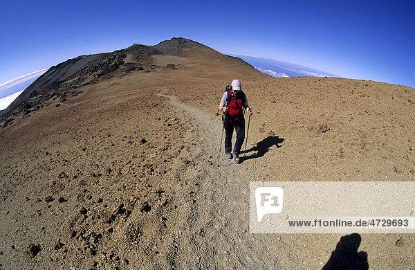 Wanderin im Aufstieg zum Teide  Teneriffa  Kanarische Inseln  Spanien  Europa