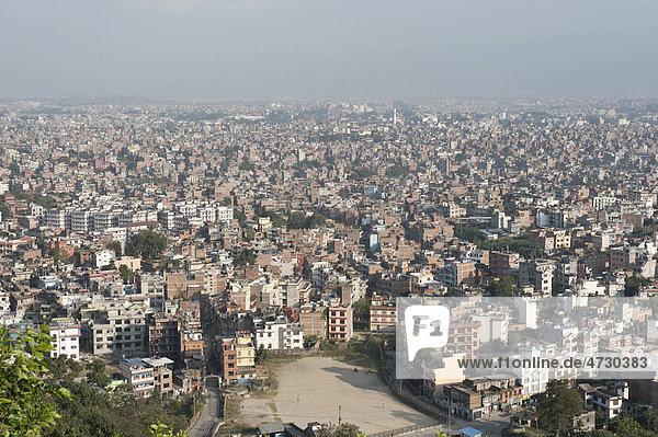 Viele Häuser  Blick vom Tempel Swayambhunath auf das Häusermeer der Hauptstadt Kathmandu  Kathmandutal  Nepal  Asien