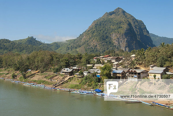 Dorf vor Berg  viele Boote am Ufer  Fluss Nam Ou  Nong Khiao  Provinz Luang Prabang  Laos  Südostasien  Asien