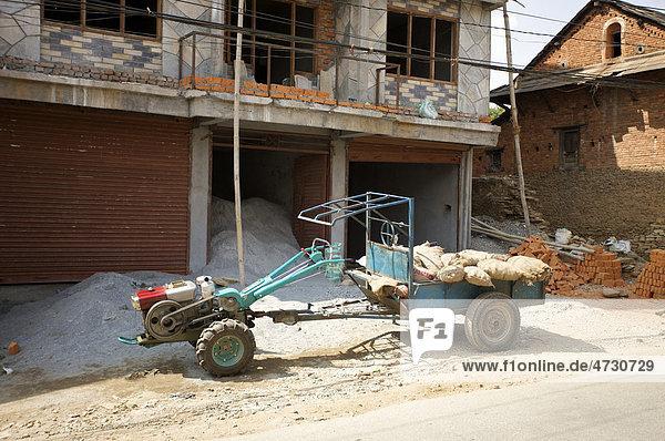 Zugmaschine mit Hänger vor Neubau eines Hauses  Pokhara  Nepal  Asien