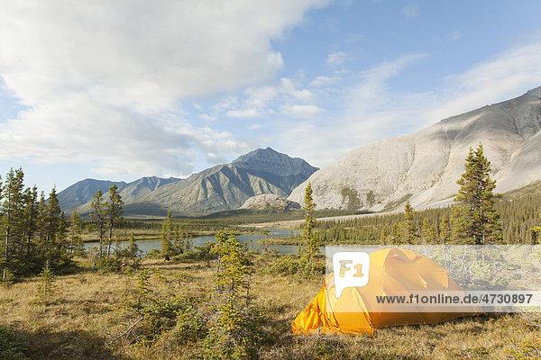Expeditionszelt  arktische Tundra  Camping  hinten die Gebirgskette der Mackenzie Mountains  Wind River  Yukon Territorium  Kanada Expeditionszelt, arktische Tundra, Camping, hinten die Gebirgskette der Mackenzie Mountains, Wind River, Yukon Territorium, Kanada