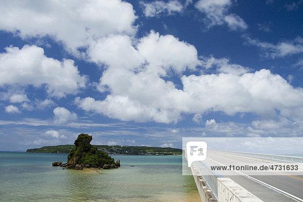 Straße  Brücke  Meer  Präfektur Okinawa  Japan  Asien