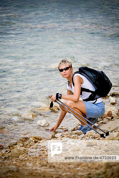 Frau wandert an der Meeresküste