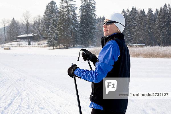 Eine Skiläuferin auf der Loipe