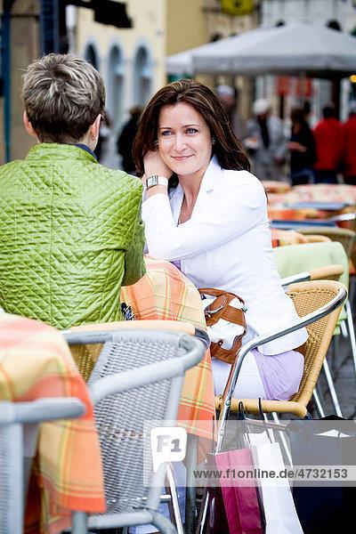 Zwei Frauen in einem Straßencafe