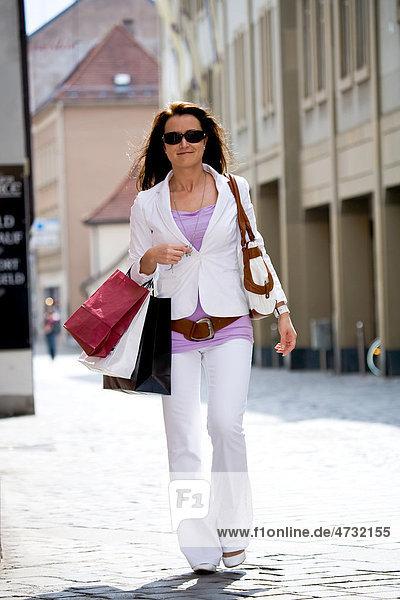 Junge Frau macht Einkaufsbummel in der Stadt