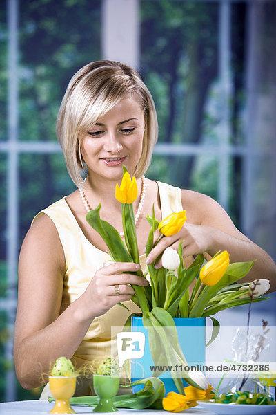 Frau mit Tulpen und Ostereiern