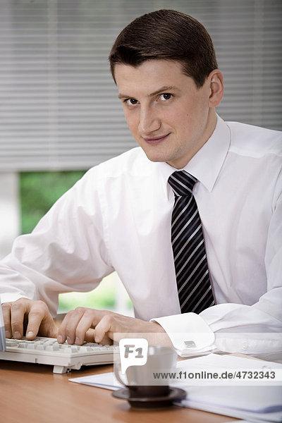 Ein junger Geschäftsmann im Büro