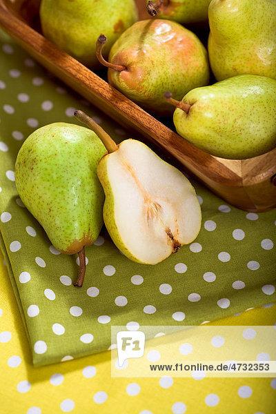 Birnen in einem Korb auf einem Tisch