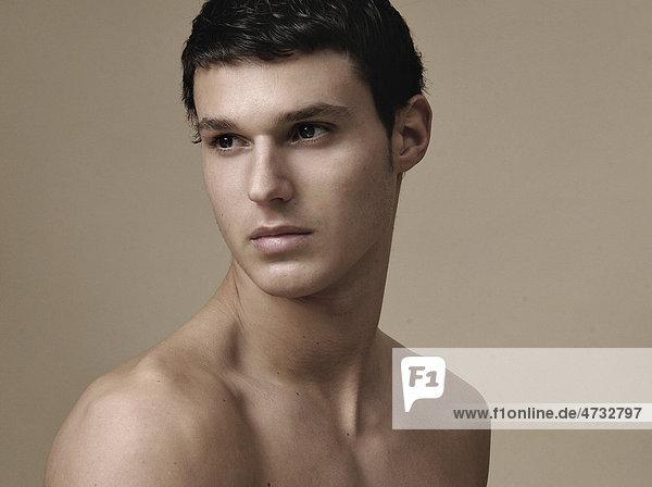 Portrait eines jungen Mannes in warmen Tönen