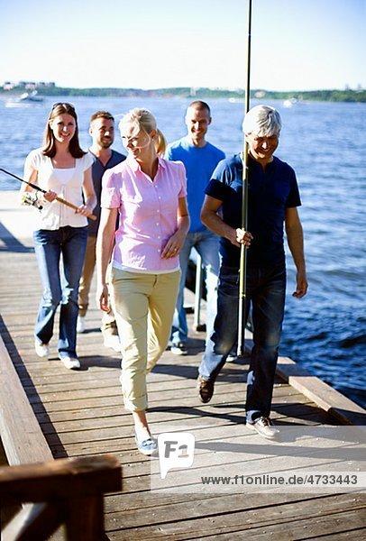 Fünf Menschen gehen auf jetty