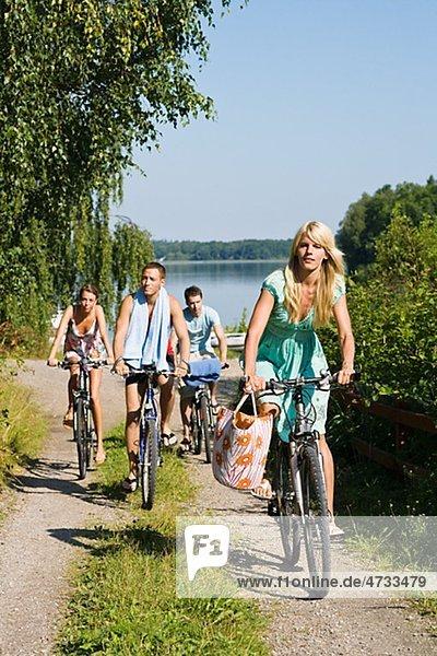 Vier junge Menschen Radfahren