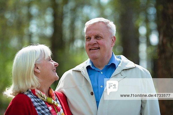 älteres Paar umarmen im park