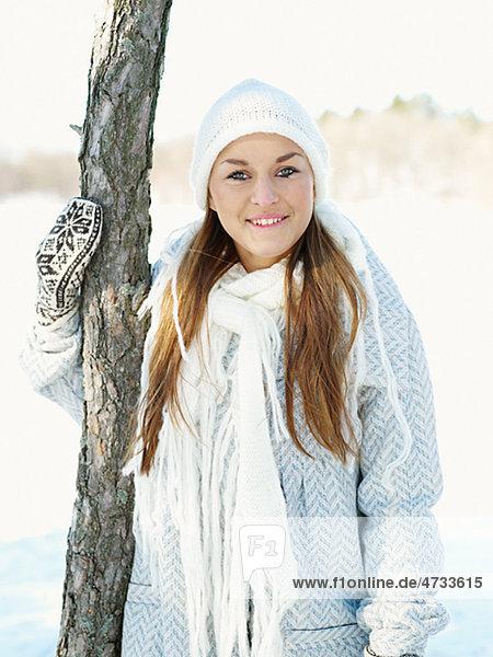 junge Frau junge Frauen Portrait Hut Schal weiß Kleidung Strickkleidung
