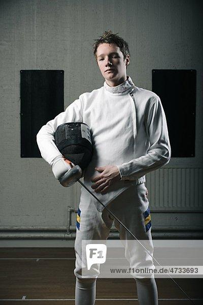 Porträt von männlichen Fechter in der Sporthalle