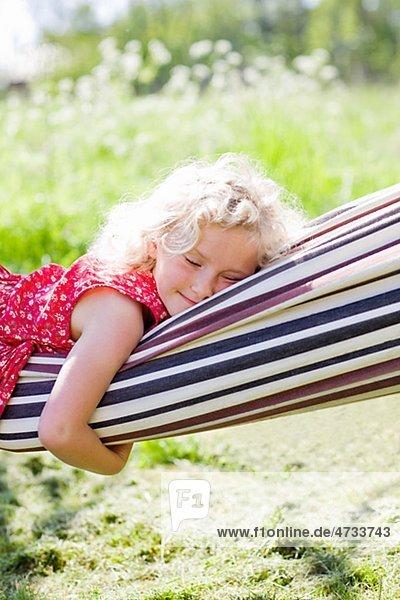 schlafen Hängematte Feld Mädchen