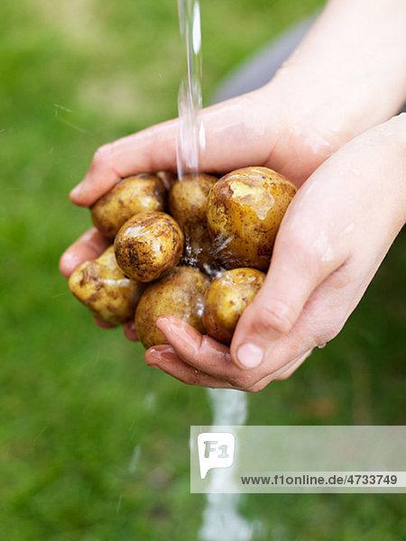 Wasser waschen unterhalb Frau Kartoffel