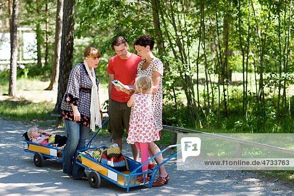 Eltern mit den Kindern im Zoo Karte anzeigen