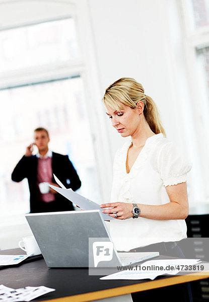 Geschäftsfrau Lesen von Dokumenten in office