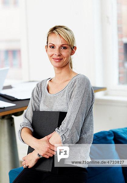 Portrait of Frau hält Ringbuch