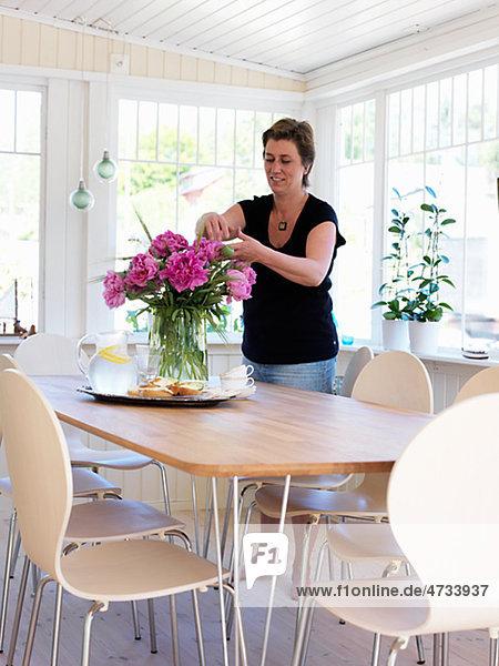 Frau Blume Küche arrangieren reifer Erwachsene reife Erwachsene Tisch