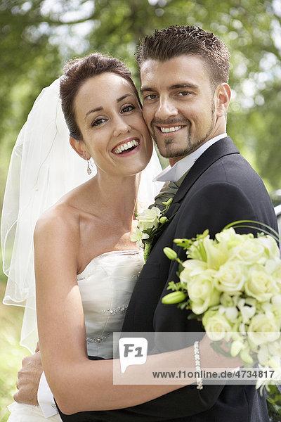 Braut und Bräutigam posiert am Hochzeitstag