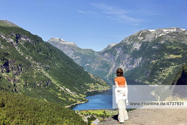Touristin schaut auf den Geirangerfjord  Norwegen  Skandinavien  Europa