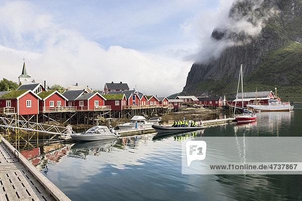 Fischerhäuser und Fischerboot  Lofoten  Norwegen  Skandinavien  Europa