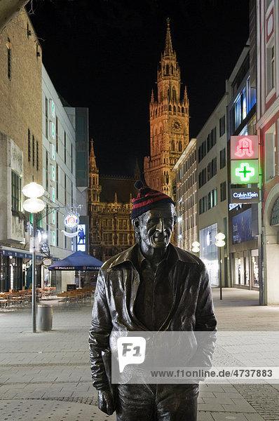 Sigi Sommer  Siegfried Sommer  Münchner Original  Schriftsteller und Journalist  Denkmal Rosenstraße bei Nacht  hinten Rathaus  München  Bayern  Deutschland  Europa