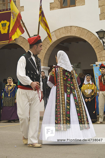 Paar in Tracht bei einem Folklore-Tanz  Ibiza  Spanien  Europa