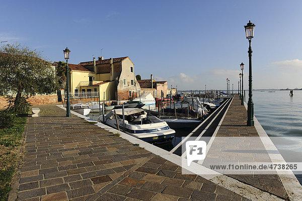 Ein kleiner Sportboothafen auf der Insel Burano  Venedig  Italien  Südeuropa