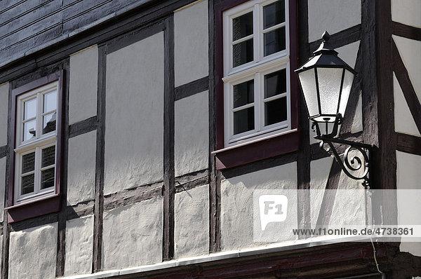 Alte Straßenlampe und Fachwerkhaus  Wernigerode  Sachsen-Anhalt  Deutschland  Europa