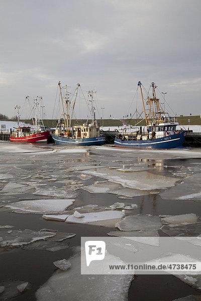 Fischerboote im Hafen  Eisschollen  Dornumersiel  Ostfriesland  Niedersachsen  Nordsee  Deutschland  Europa