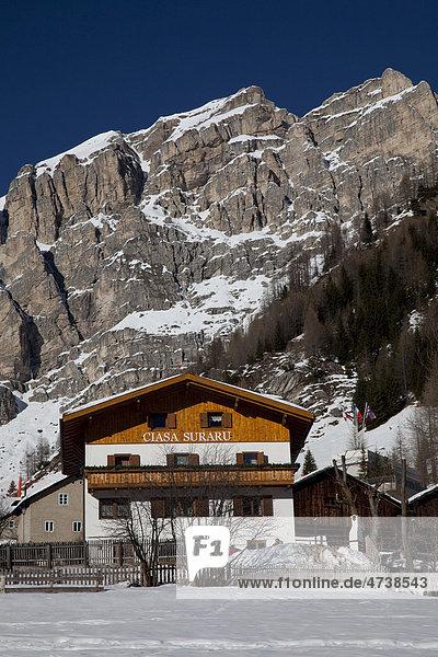 Haus vor Sellagruppe  Kolfuschg  Colfosco  Gadertal  Badia Abtei  Dolomiten  Südtirol  Italien  Europa