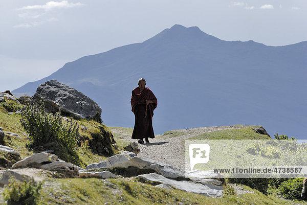 Tibetischer Mönch  Kyichu  Kyi Chu Fluss nahe Kloster Ganden bei Lhasa  Tibet  China  Asien