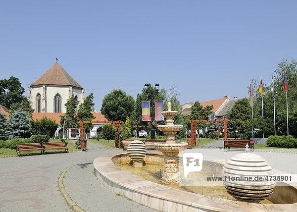 Brunnen am Hauptplatz und Kirche  Sebes  Mühlbach  Rumänien  Europa