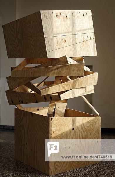Holzskulptur aus Kisten  Ausstellung von Studentenarbeiten  Kunstakademie Düsseldorf  Nordrhein-Westfalen  Deutschland  Europa