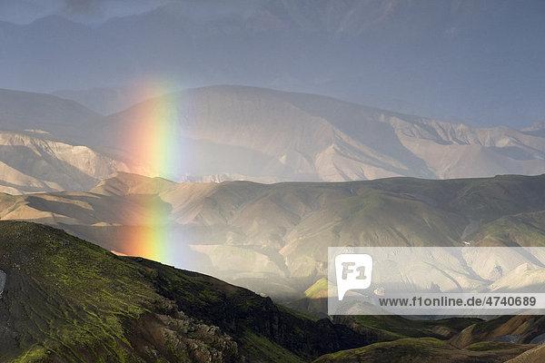 Regenbogensegment über den Rhyolitbergen bei Landmannalaugar  Hrafntinnusker  Laugavegur Wanderweg  Naturschutzgebiet Fjallabak  Hochland  Island  Europa