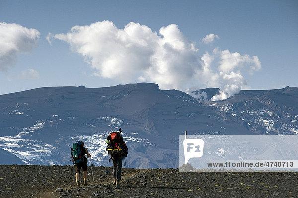 Laugavegur Wanderweg  Wanderer  Krater des Eyjafjallajökull  Emstrur  Hochland  Island  Europa