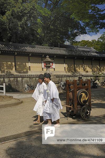 Jugendliche ziehen einen Trommelwagen beim Tempelfest  Matsuri  im Kitano Tenmangu Schrein  Kyoto  Japan  Asien