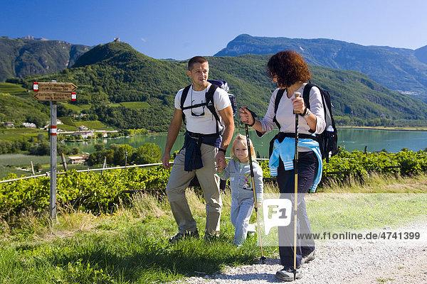 Familie beim Wandern am Kalterersee  Kalterer See  Südtirol  Italien  Europa