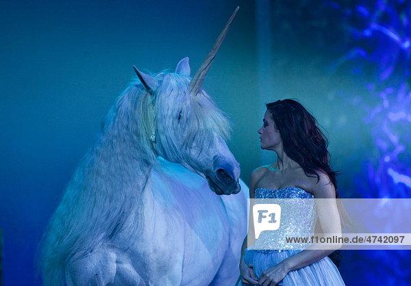 Pferd als Einhorn  Magnifico  Show von AndrÈ Heller  Weltpremiere am 08.02.2011  München  Bayern  Deutschland  Europa