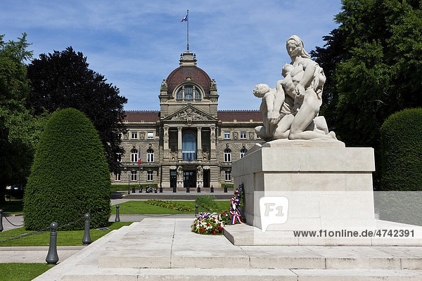 Kriegerdenkmal  hinten der Palais du Rhin  Rheinpalast am Place de la Republique  Straßburg  Elsass  Frankreich  Europa