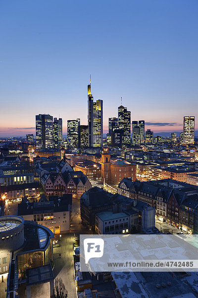 Blick auf Frankfurt und die Skyline von Frankfurt  Commerzbank  Hessische Landesbank  Deutsche Bank  Europäische Zentralbank  Skyper  Sparkasse  DZ Bank  Opernturm  Paulskirche  Römer  Frankfurt  Hessen  Deutschland  Europa