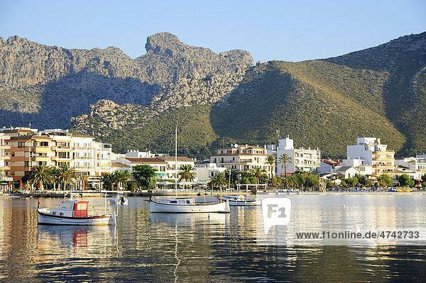 Boote in der Bucht  dahinter Boulevard und Berge  Puerto de Pollensa  Port de Pollenca  Mallorca  Majorca  Balearen  Balearische Inseln  Mittelmeer  Spanien  Europa