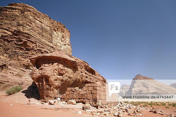 Haus von Lawrence von Arabien  Mauer  Ruine  Berg  Wüste  Wadi Rum  Haschemitisches Königreich Jordanien  Vorderasien