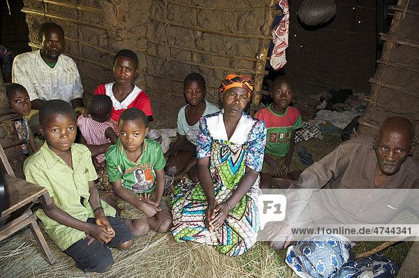 Familie in einem traditionellen Lehmhaus in einem Dorf in der Nähe von Bukoba  Tansania  Afrika