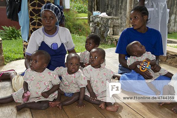 Kleinkinder und Kinderkrankenschwestern in einem Waisenhaus in der Nähe von Bukoba  Tansania  Afrika